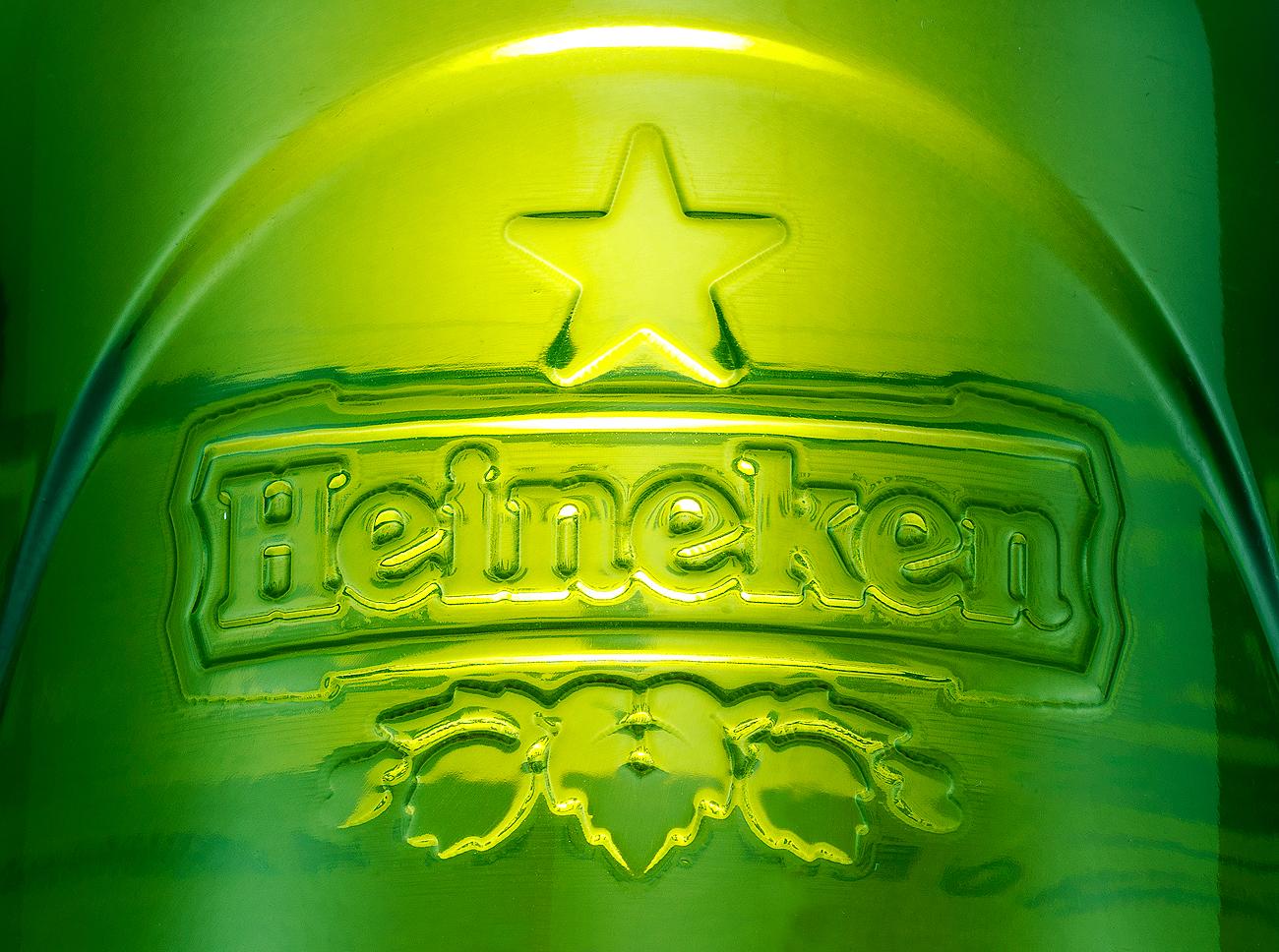 Logo Heineken sur une bouteille de verre Studio28